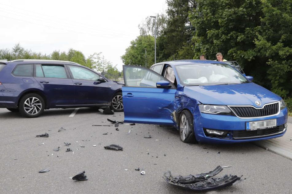 Ein VW- (links) und ein Skoda-Kombi kollidierten im Kreuzungsbereich.