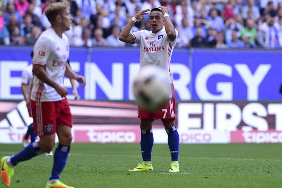 Die HSV-Spieler Lewis Holtby und Bobby Wood sind fassungslos ob der Leipziger Übermacht.