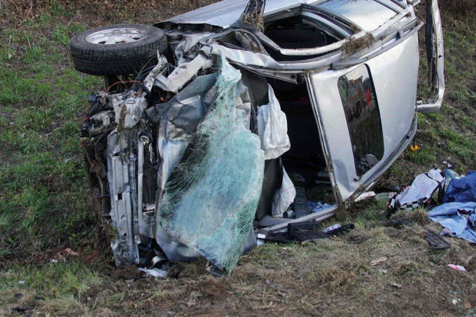 Tödlicher Unfall: Auto fährt gegen Gefahrgut-Laster