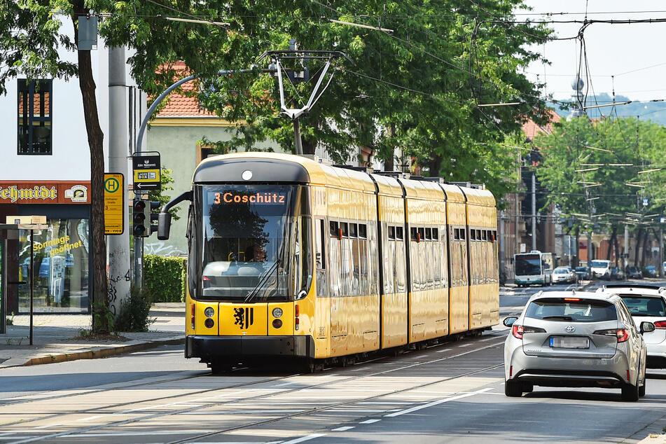 Eine Straßenbahn fährt durch Dresden.