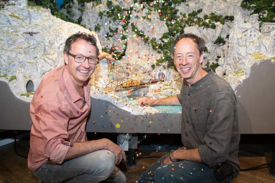 Hamburg: Frederik (l) und Gerrit Braun, Chefs und Gründer des Miniatur Wunderlandes, jubeln über die Durchfahrt des ersten Zuges in einen neuen Bauabschnitt der Anlage.