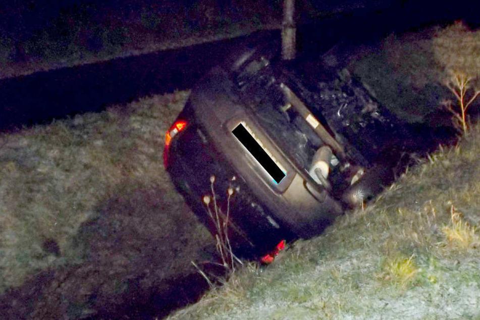 In Hille schleuderte ein Wagen in den Graben und blieb auf dem Dach liegen.