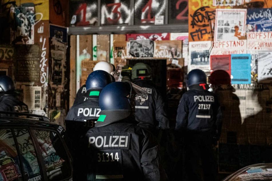 Polizeibeamte gehen bei einer Razzia in der Rigaer Straße in Berlin-Friedrichshain in ein Haus. (Archivbild)