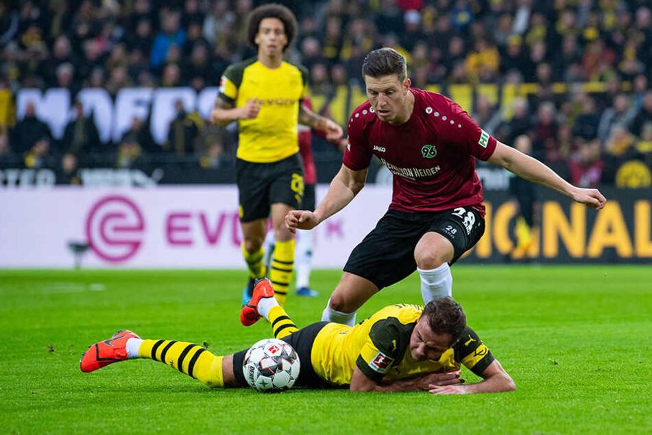 Hart umkämpft: Hannover 96, hier Kevin Wimmer, hielt gegen den BVB um Mario Götze (unten) 60 Minuten lang gut mit.