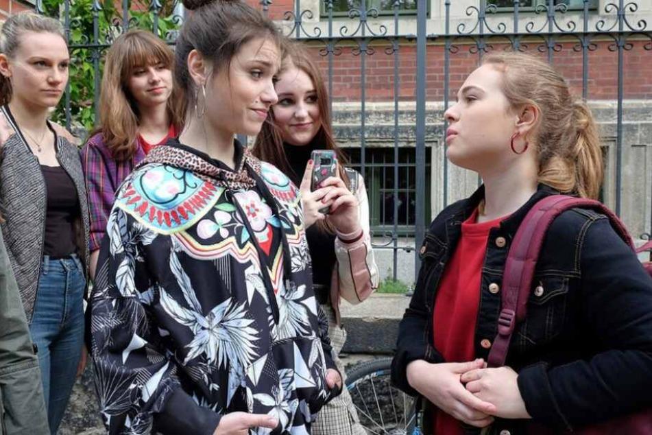 Beide haben bereits in der Schule Bekanntschaft miteinander gemacht, in der Emma (2.v.l.) einer Mädchengruppe angehört, die Lisa (rechts) mobbt.