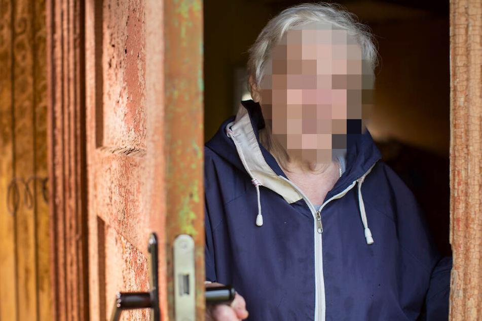 Nach dem Besuch der Polizisten war plötzlich Schmuck aus der Wohnung der Rentnerin verschwunden. (Symbolbild)
