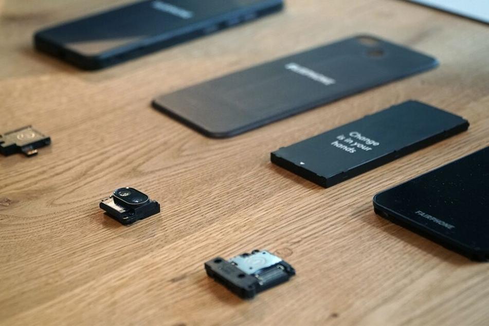 Das Fairphone 3 lässt sich ruckzuck in seine Module zerlegen. Der passende Schraubendreher für dieses Unterfangen gehört zum Lieferumfang.