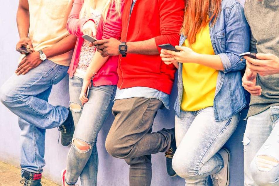 Für viele Oberstufenschüler ist die Handynutzung in den Pausen erlaubt. (Symbolbild)
