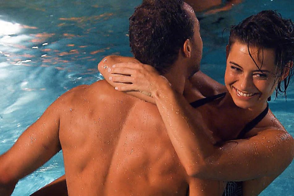 Jenny und Andrej scheinen nicht nur im Pool aneinander zu hängen.