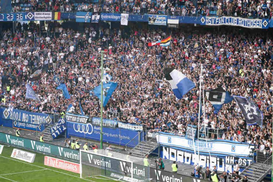 Die Fans feuern ihren HSV an.