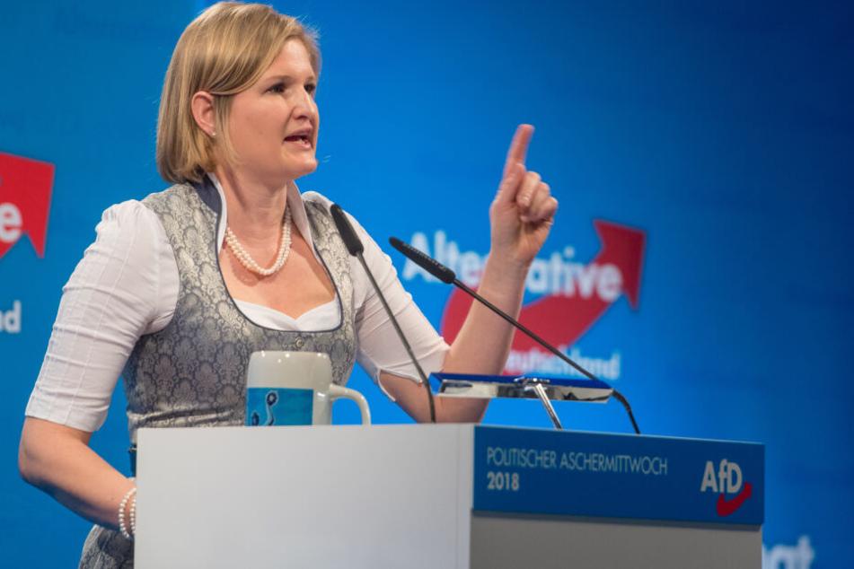 Katrin Ebner-Steiner, Fraktionsvorsitzende der bayerischen AfD, spricht beim politischen Aschermittwoch.