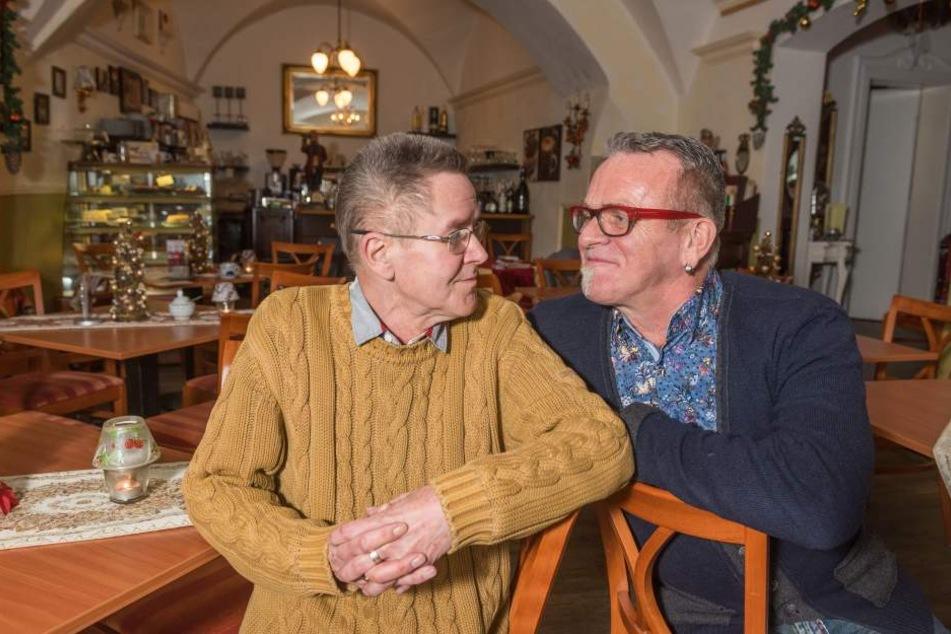 Ullrich Baudis (61, r.) und Bernd Warkus (66) schließen ihr Kaffeehaus am Marktplatz in Meißen zum Monatsende.