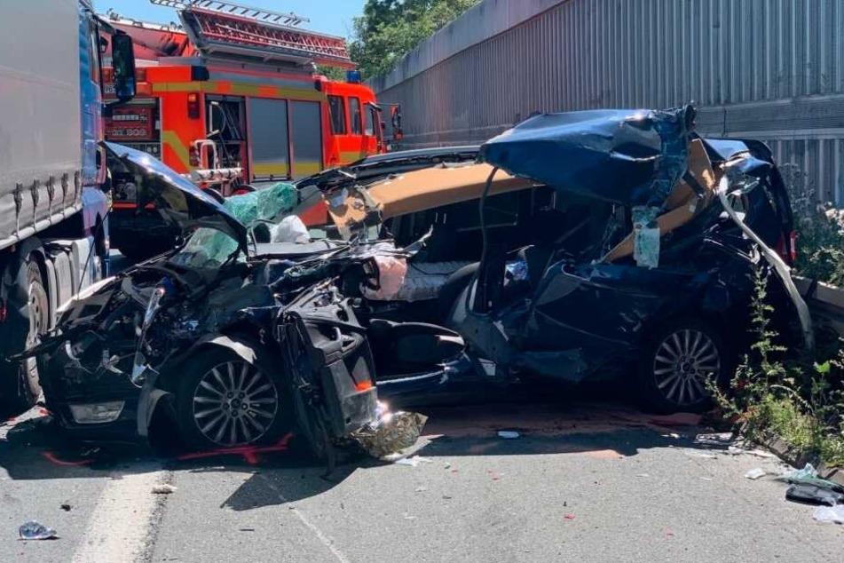 Die Rettungskräfte mussten den jungen Fahrer aus dem Unfall-Wrack bergen.