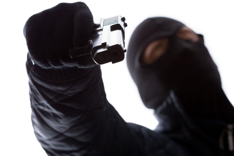 Mit Waffe bedroht: Maskierter Mann überfällt Wettbüros