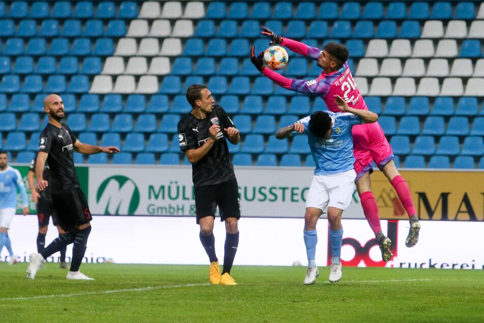 Auch dieser Ball war für FCI-Keeper Fabijan Buntic (r.) keine Gefahr. CFC-Stürmer Philipp Hosiner duckt sich weg. Insgesamt kam vom Chemnitzer Sturm zu wenig.