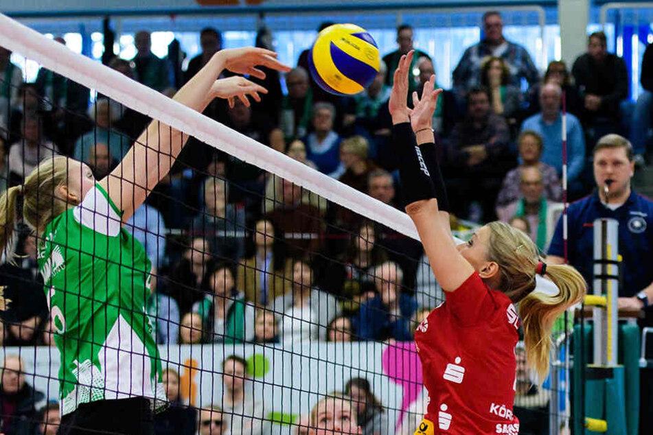 Zuspielerin Mareen Apitz (re.) bekam die goldene MVP-Medaille.