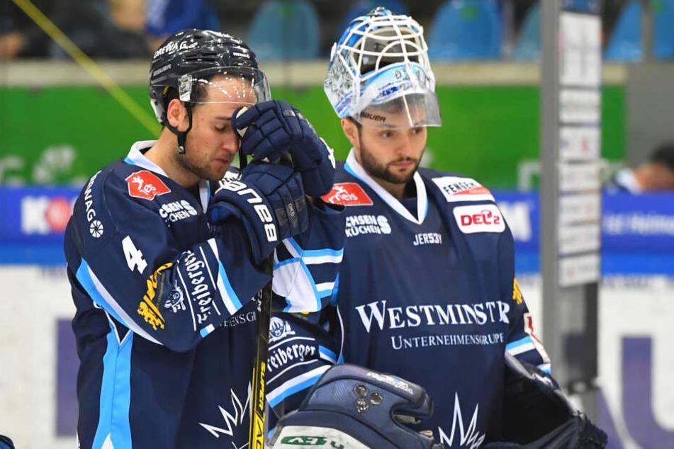 Steve Hanusch (l) und Goalie Marco Eisenhut sind bedient.