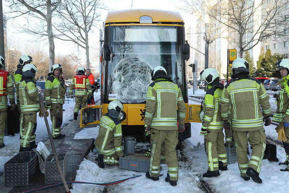 Feuerwehrkräfte mussten die Bahn anheben.