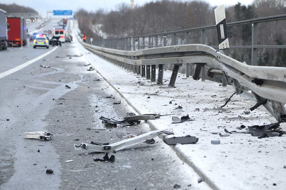 Auf seiner Irrfahrt war der Unfallwagen in die Leitplanken geknallt.