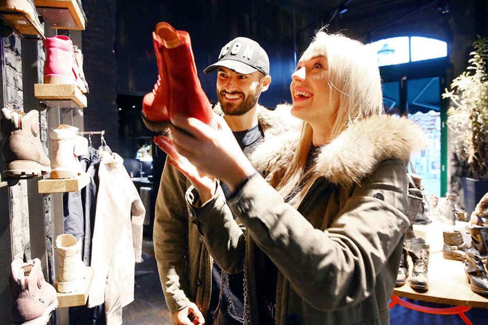 Schicke Schuhe ziehen Frauen magisch an, da ist auch Nicos Freundin Lisa keine Ausnahme.