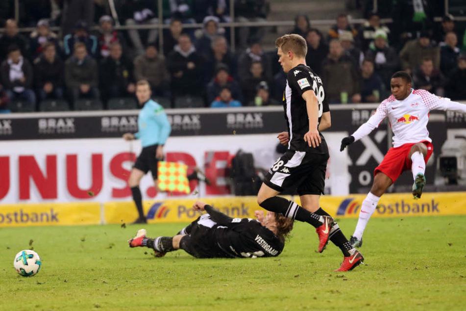 Mit einem satten Schuss ins lange Eck konnte nur Ademola Lookman (r.) Gladbachs starken Ersatztorhüter Tobias Sippel überwinden.