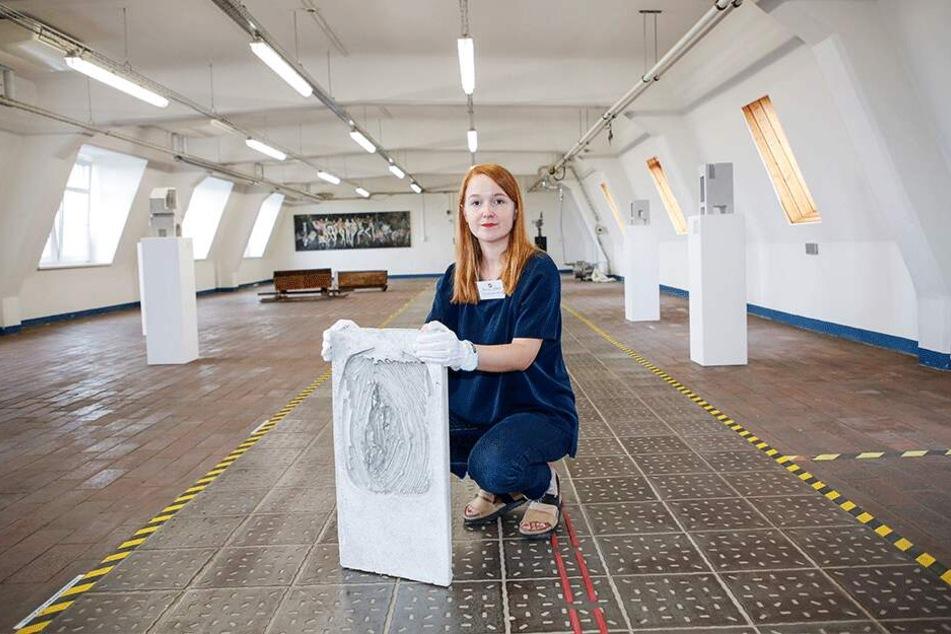 Ostrale-Kunstvermittlerin Paula Letalik (28) mit dem rätselhaften Schmuggel-Kunstwerk aus Beton.