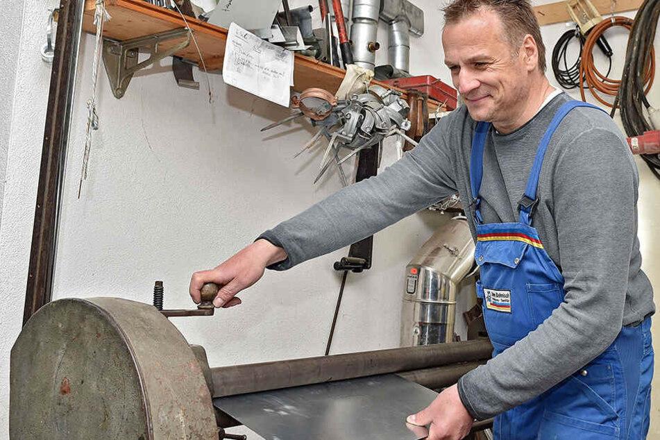 Auch heute arbeitet Meister Behnisch in seiner Werkstatt noch mit Blech.