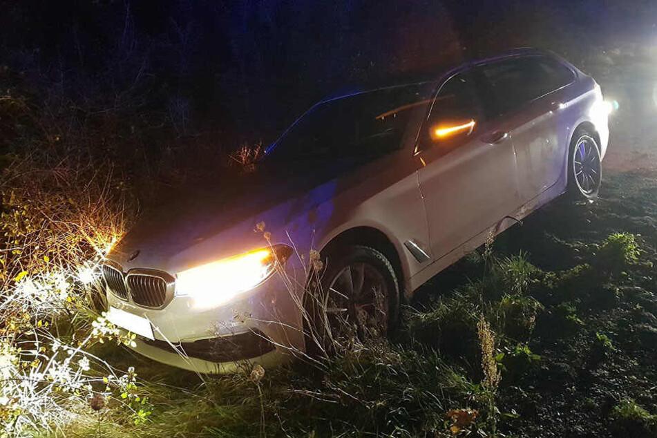 Der BMW landete im Graben.