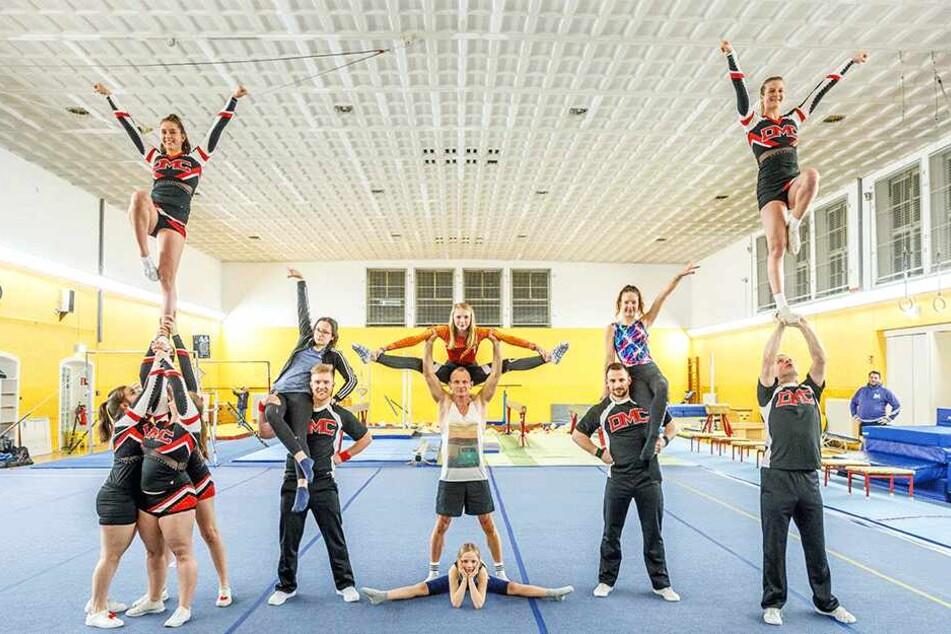 Cheerleader bangen um Turnhalle Klotzsche: Puschel-Attacke auf Dresdens Stadträte