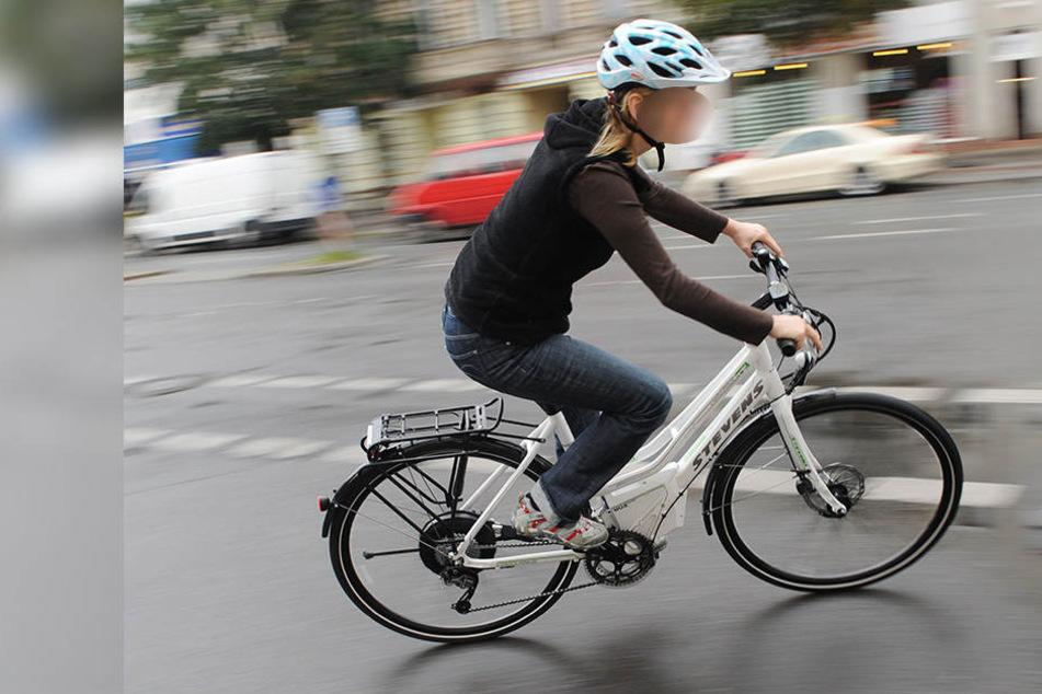 E-Bikerin von hinten erfasst und über Auto geschleudert: Tot