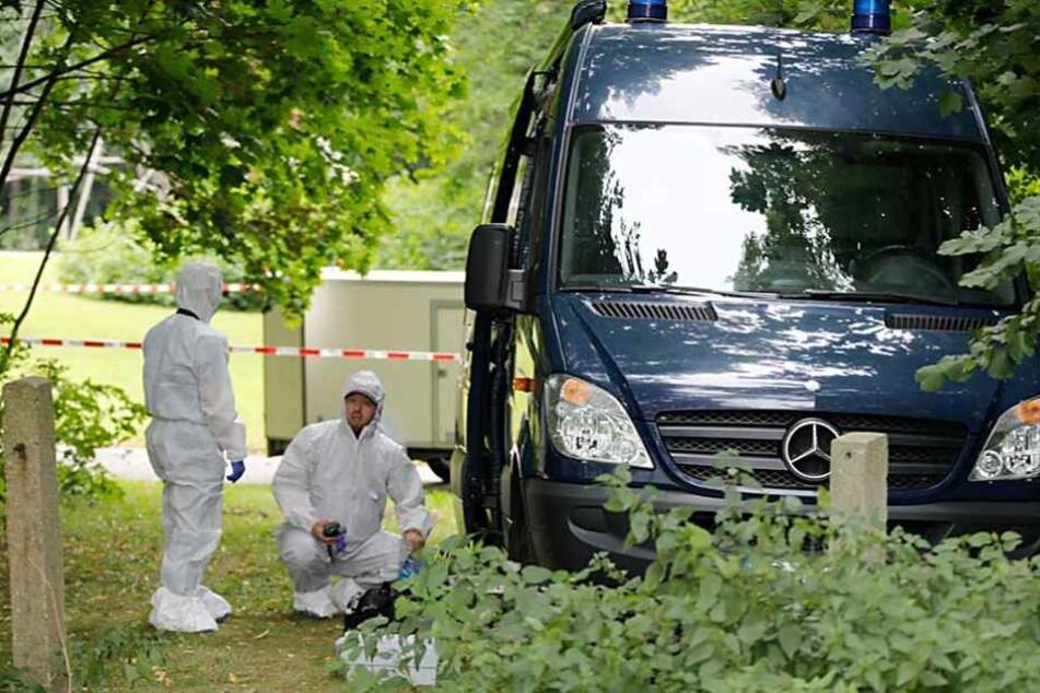 Kripo-Beamte suchten am Tatort akribisch nach Spuren, konnten rund vier Wochen später die Täter verhaften.