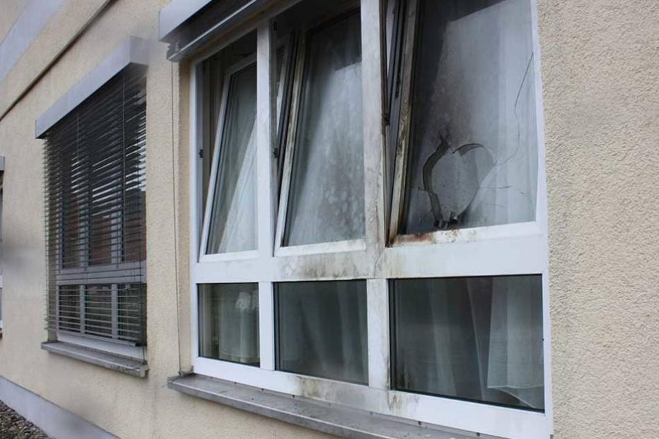 An Fenstern und Fassade des Asylheims sind die Spuren des Anschlags deutlich sichtbar.