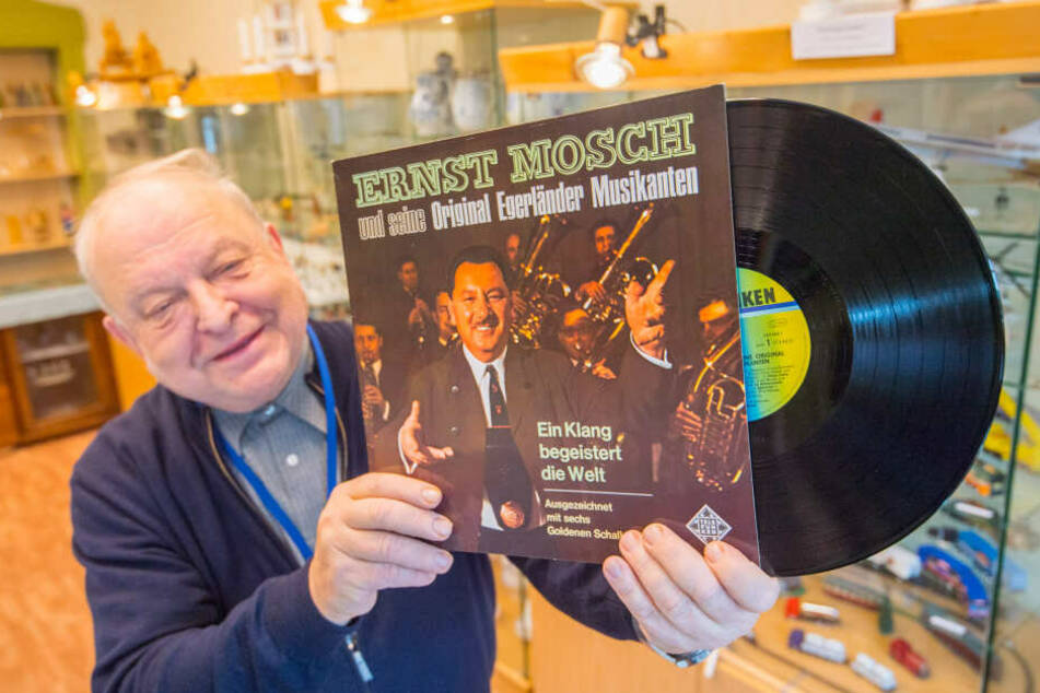 Ausstellungs-Organisator Christian Sehm (67) mit einer Schallplatte von den Egerländer Musikanten.