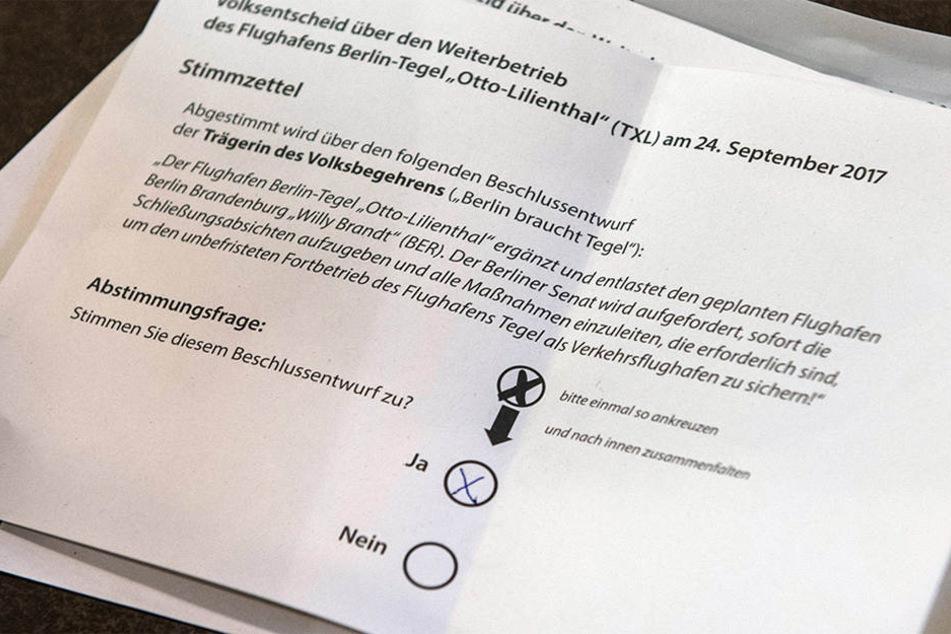 Der Stimmzettel zum Volksentscheid liegt nach der Schließung der Wahllokale am Sonntagabend auf dem Tisch.