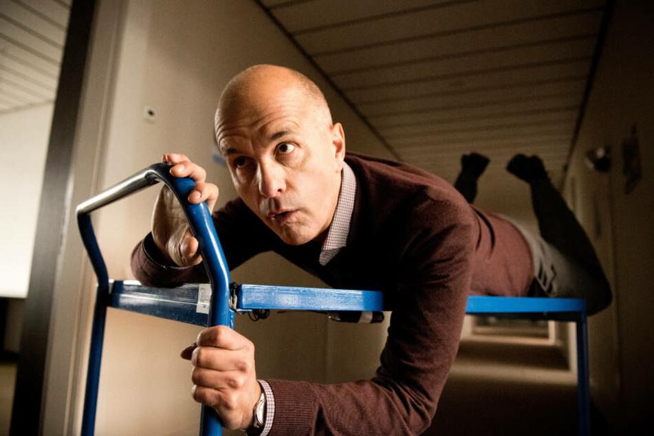 Erik Merz (Christoph Maria Herbst) hängt ein wenig in der Luft.