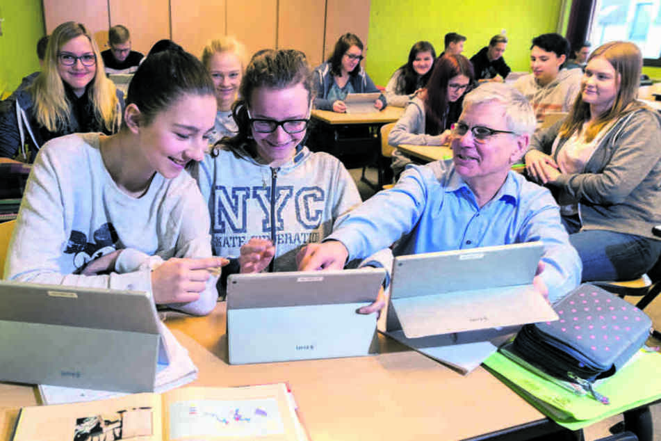 Erste Schule in Sebnitz setzt jetzt auf Tablets: Schulleiter und Mathelehrer Jörg Hubert (58) unterrichtet in der zehnten Klasse mit mobilen Mini-Computern.