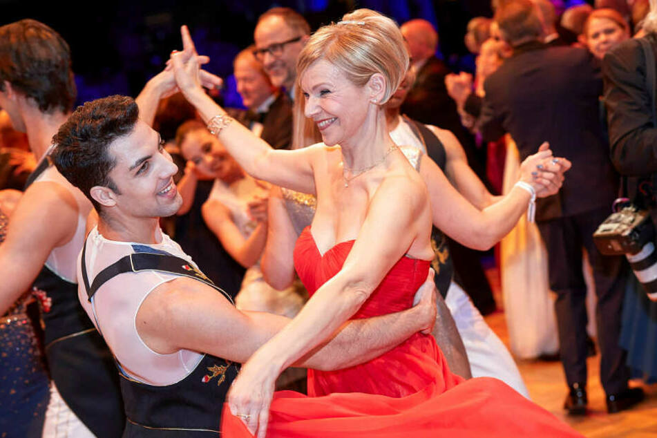 Legte im knallroten Kleid einen flotten Walzer aufs Parkett: MDR-Serienstar Andrea Kathrin Loewig (53).