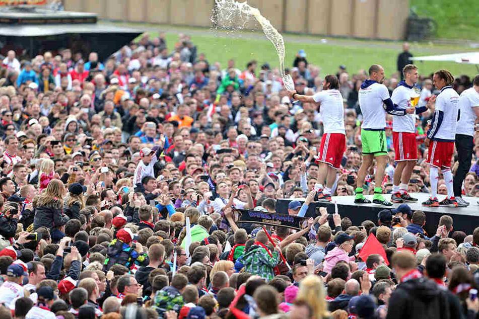 RB Leipzig lädt ab 12.30 Uhr zum Fanfest auf die Fanwiese. Ab 15.30 Uhr könnt Ihr viva Bullenfunk.fm das Spiel mitverfolgen, danach kommen die Spieler zum Feiern auf die Bühne.