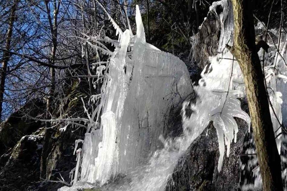 Wunderschön anzuschauen: Der Wasserfall in Harzgerode ist nahezu komplett vereist.