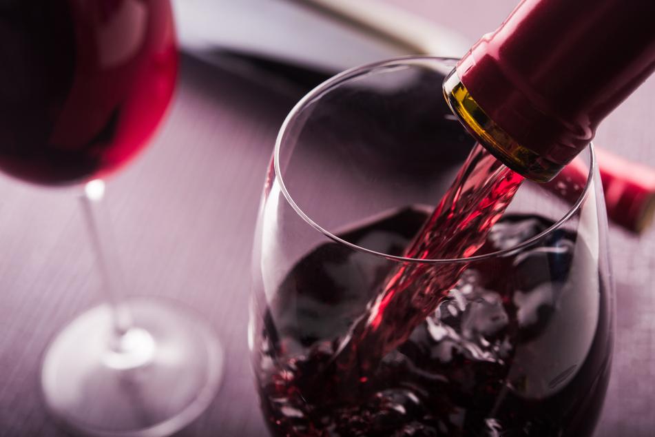 Weintour mal anders: Mann trinkt von fahrendem Transporter!
