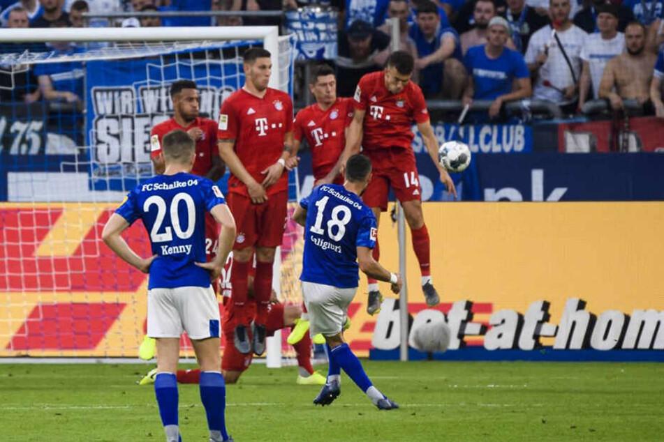 Die wohl strittigste Handspiel-Szene des Spiels. Nach einem Caligiuri-Freistoß spielt der in der Mauer stehende Bayern-Neuzugang Ivan Perisic den Ball klar mit dem Arm.