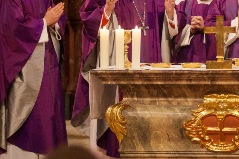 Die Anklage gegen den Diakon wiegt schwer: Er soll sich an einer Messdienerin vergangen haben. (Symbolbild)