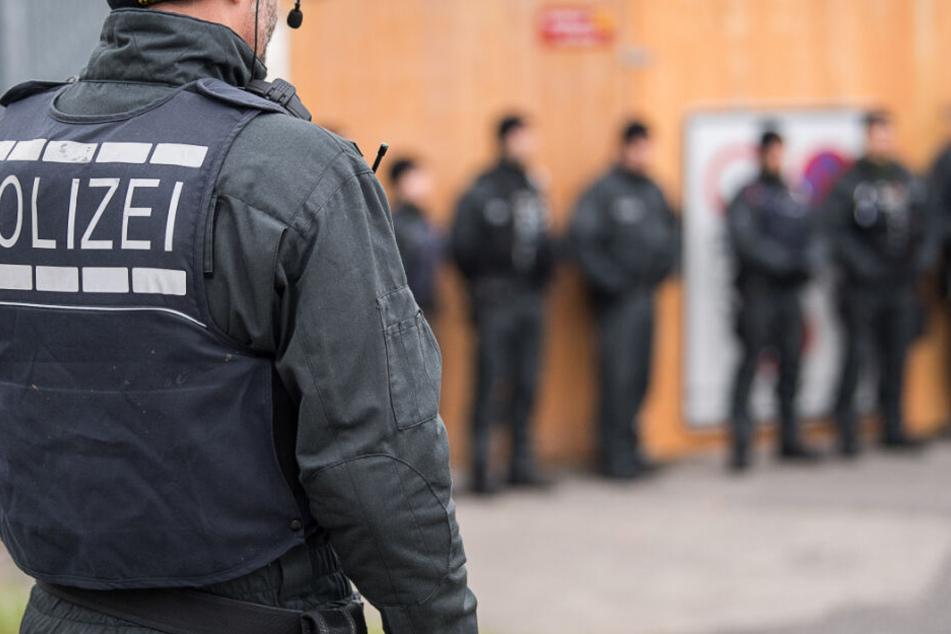 Die Polizei war mit einem Großaufgebot vor Ort (Symbolbild).