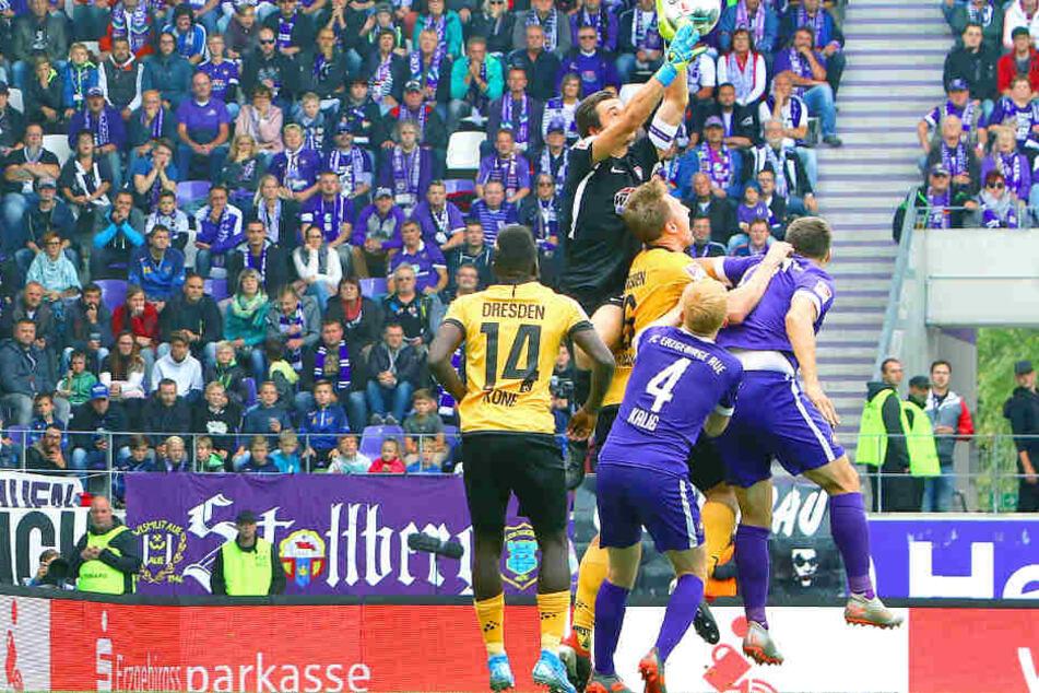 Hier fühlte sich Dynamo benachteiligt. Marco Hartmann soll Martin Männel bedrängt haben. Aues Keeper lässt den Ball fallen, den Moussa Koné (Nr. 14) und Fabian Kalig (4) gemeinsam über die Linie stochern. Nach Videobeweis wurde das Tor aberkannt.