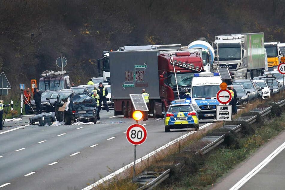 Rettungskräfte stehen an einer Unfallstelle in Köln.