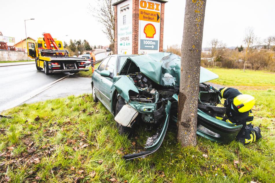 Ein 75-Jähriger ist bei einem Autounfall am heutigen Samstagmorgen in Pößneck (Saale-Orla-Kreis) gestorben. Er war gegen einen Baum geknallt.
