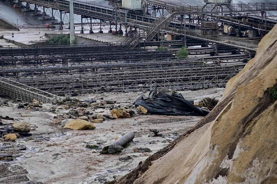 Der Hochwasser führende Fluss Inde hatte am Donnerstag einen Deich in der Nähe des Braunkohletagebaus Inden bei Aachen überspült und war in den Tagebau geflossen.