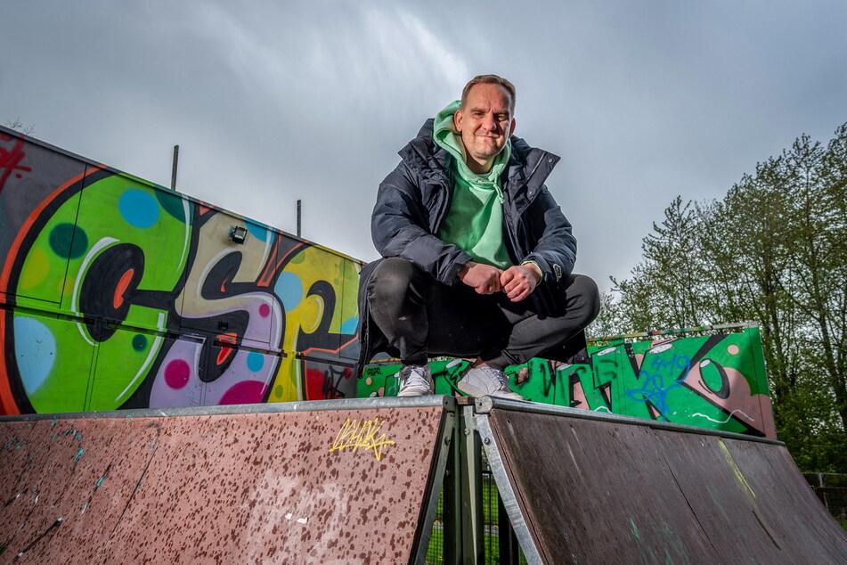"""Urgestein der Chemnitzer HipHop-Szene: René Kästner (44) vor einem Graffiti seiner Crew am """"B-Plan""""."""