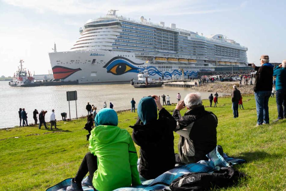 """Die Überführung des neuen Kreuzfahrtschiffs """"AIDAnova"""" hat viele Schaulustige an die Ems gelockt (Archivbild)."""