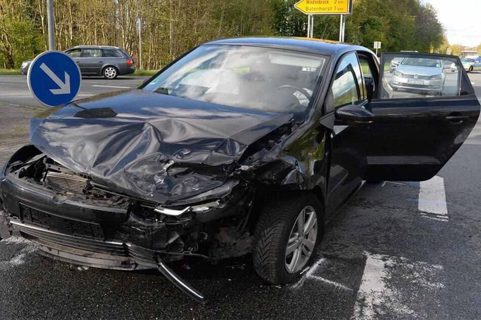 Eine Mercedes-Fahrerin krachte beim Abbiegen in den VW Polo.
